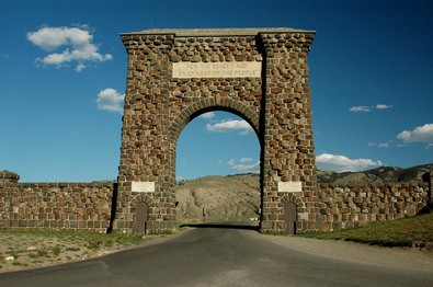 Roosevelt-Arch-North-Entrance-to-Yellowstone.jpg